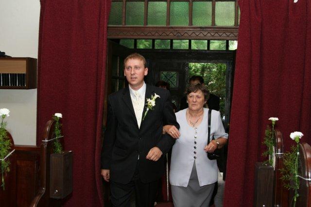 Monika{{_AND_}}Marek - ženích prichádza s maminkou