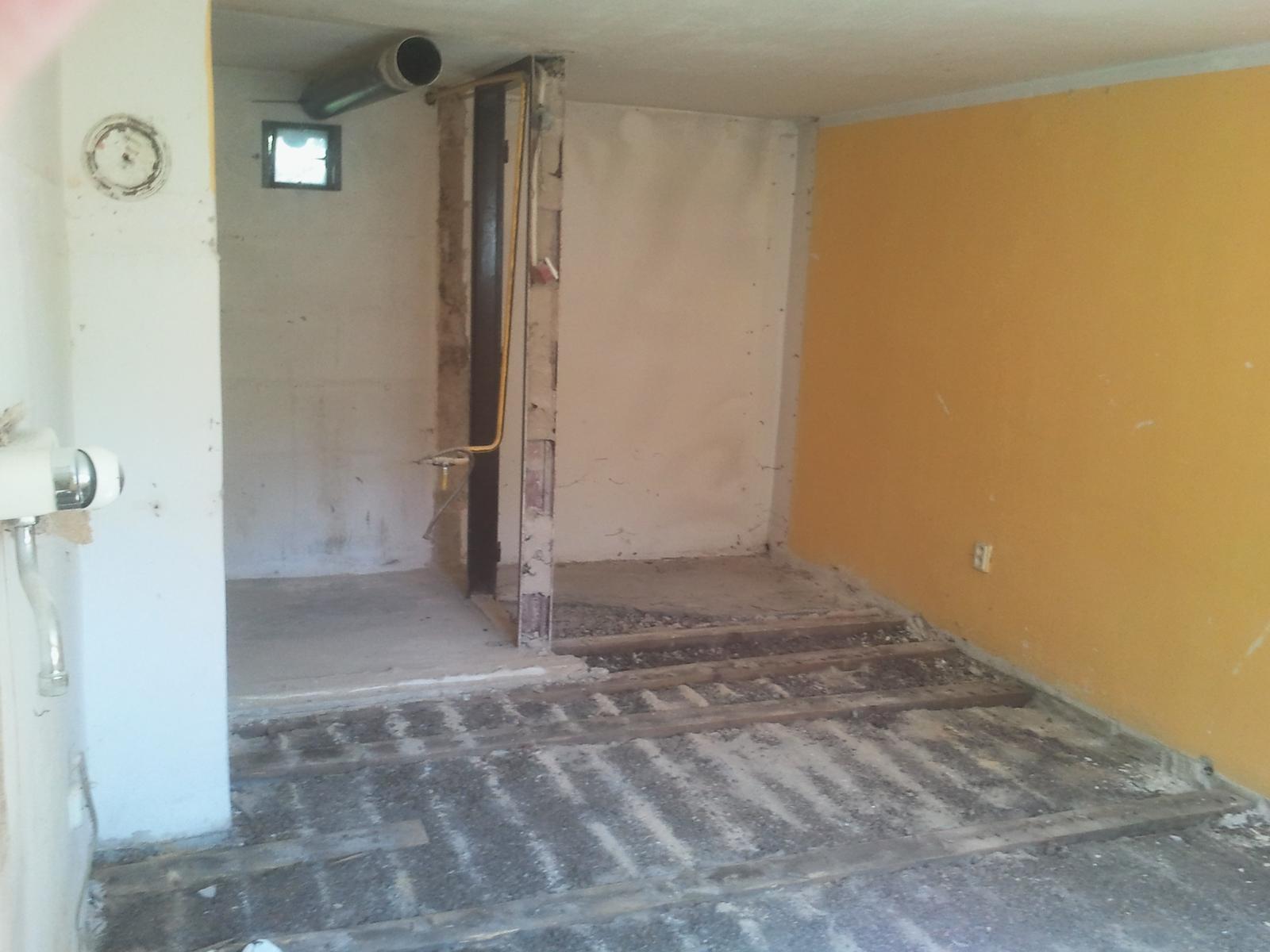Naša rekonštrukcia - zbúraná priečka a vytrhaná podlaha