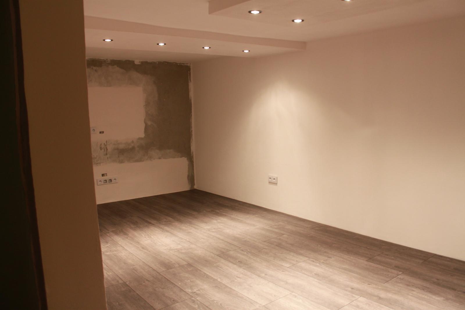 Naša rekonštrukcia - omaľované, podlaha položená :)