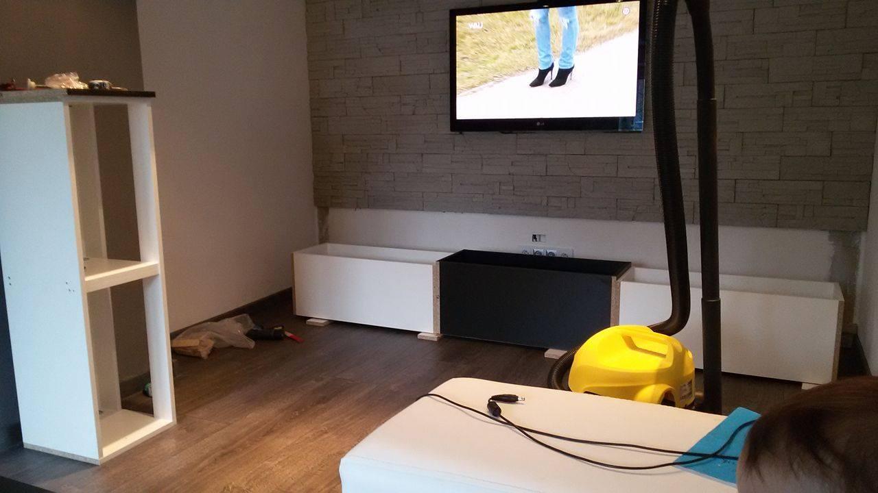 Naša rekonštrukcia - montujú sa skrinky pod TV