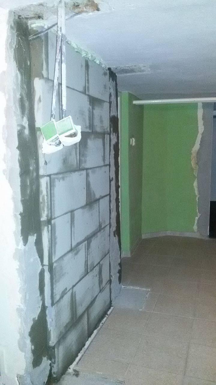 Naša rekonštrukcia - pôvodné WC zamurované a vybúraný otvor cez kúpelňu