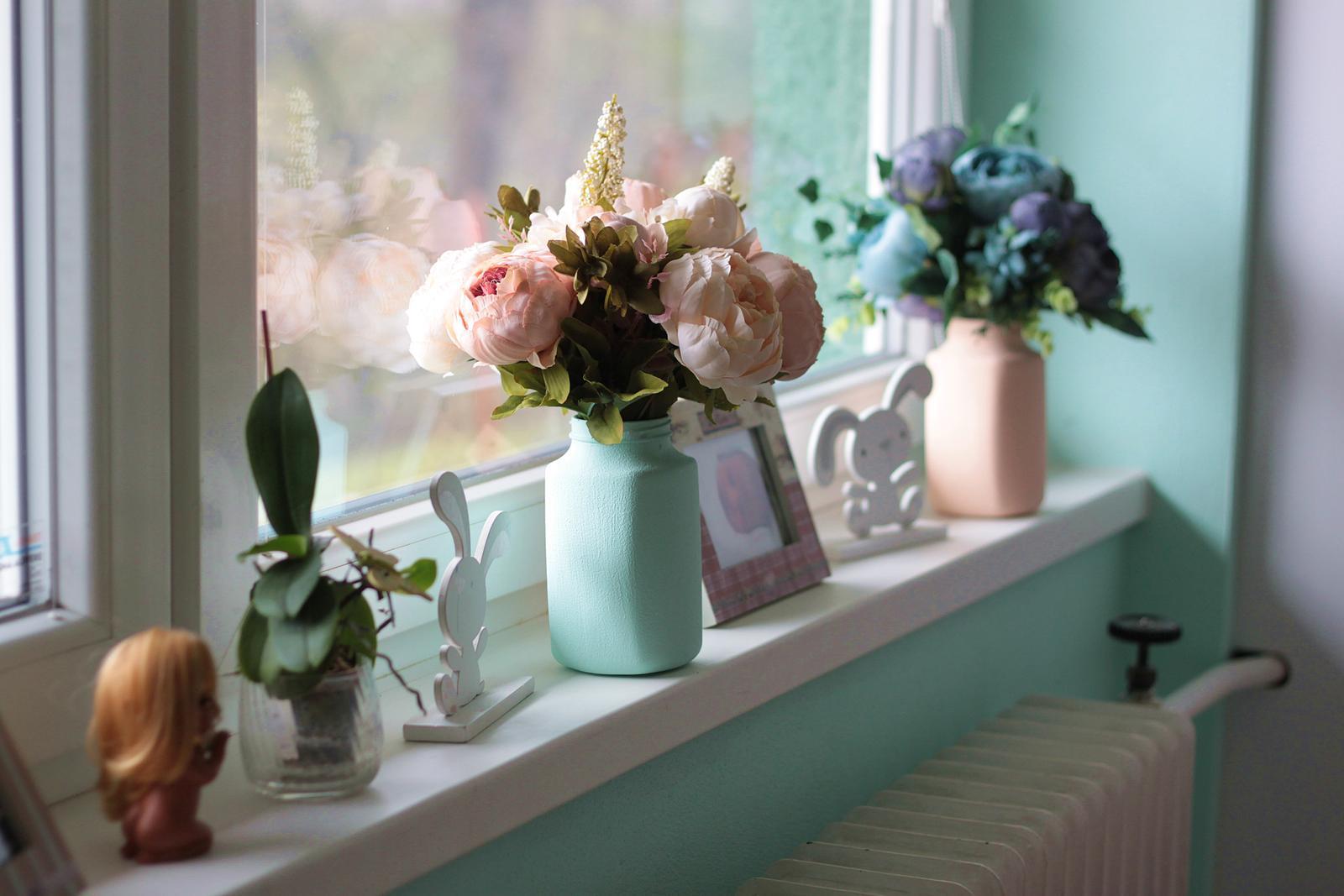 Naša rekonštrukcia - nejaké kvietky na okno s vlastnoručne vyrobenými vázičkami z nesca kávy :) :) :)