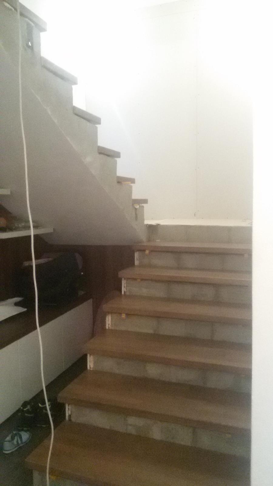 Naša rekonštrukcia - na rad konečne prišlo aj schodisko :) zábradlie šlo preč