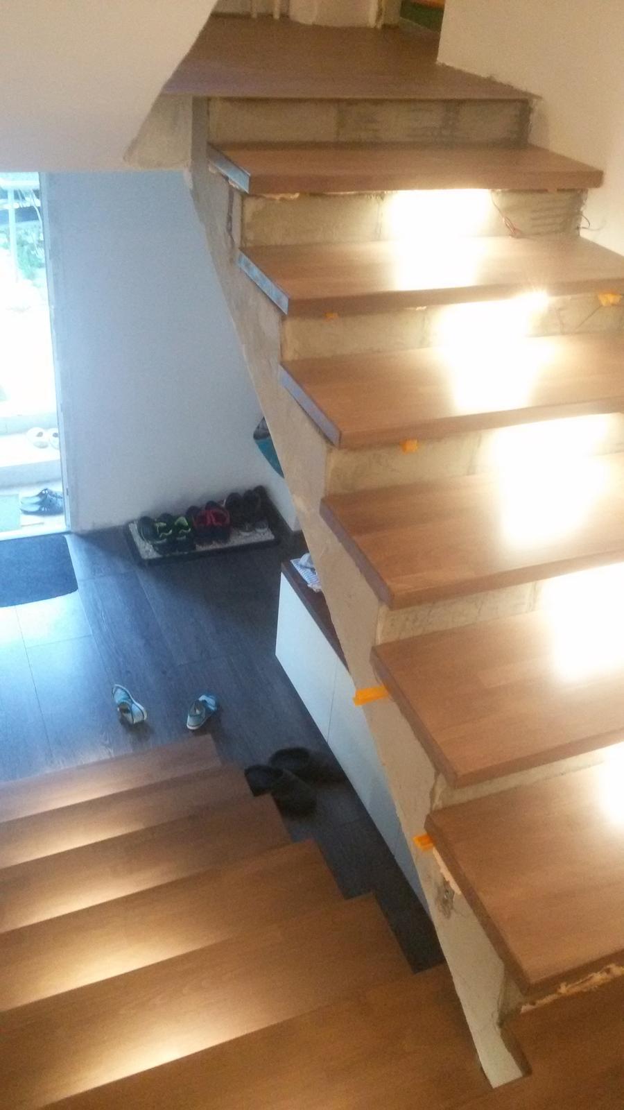 Naša rekonštrukcia - morené na odtieň orech a podsvietené s LED pásikmi