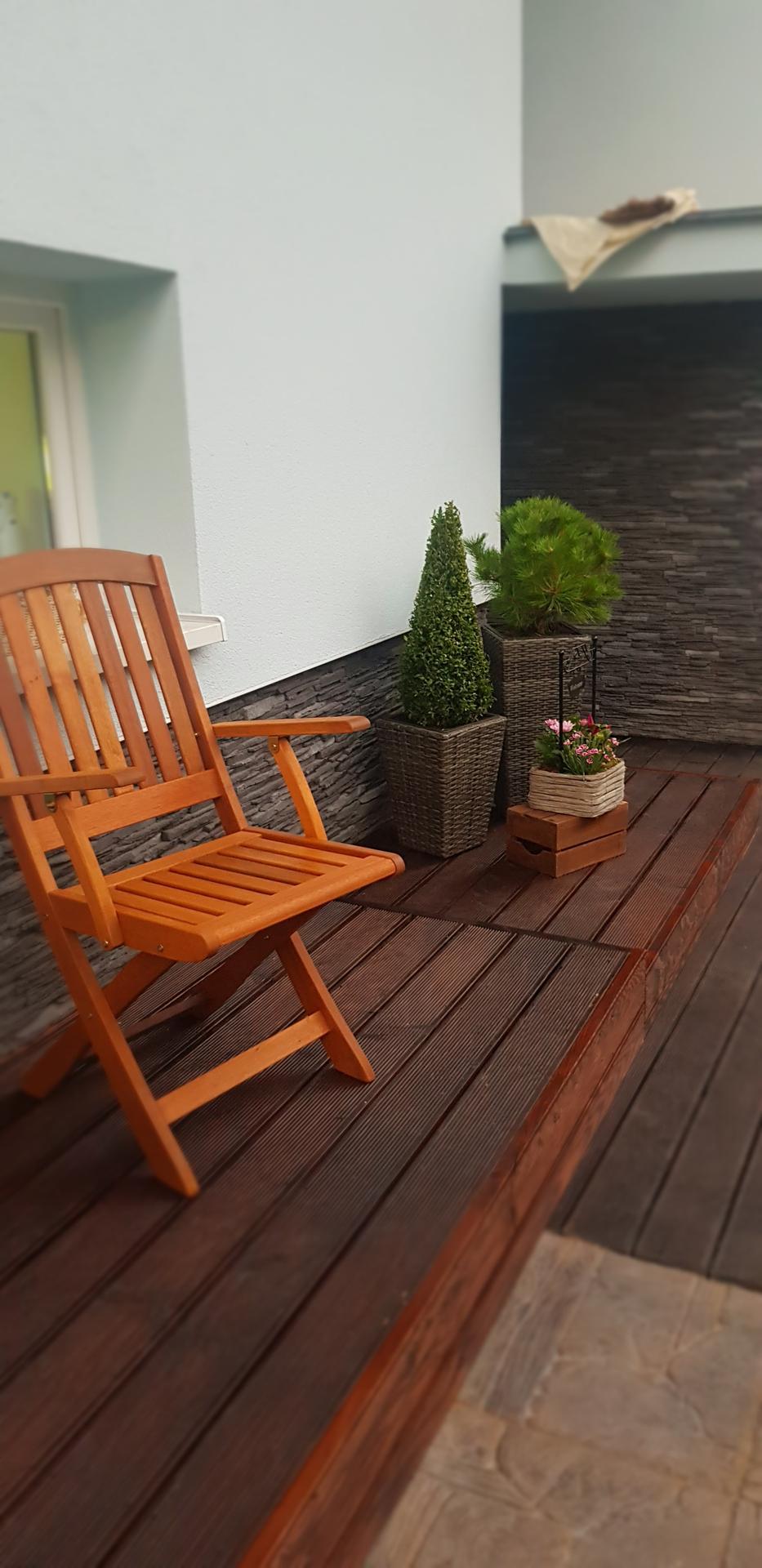 Naša rekonštrukcia - ... hotová podstienka a kúpené stoličky, chyba nájsť ešte vhodný stolík