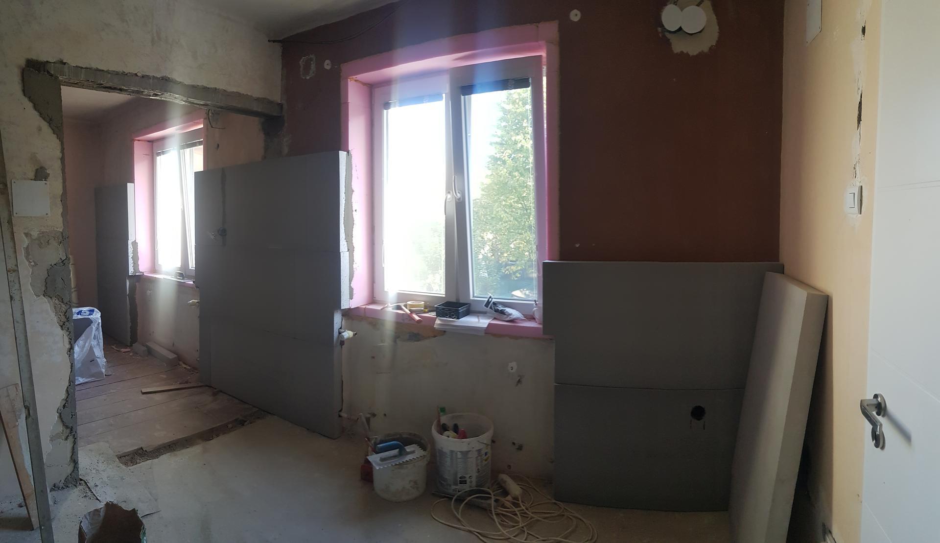 Naša rekonštrukcia - ... priestor okolo okien bolo potrebné dať do jednej línie a zároveň sme to využili aj na poskrývanie rúr od radiátorov
