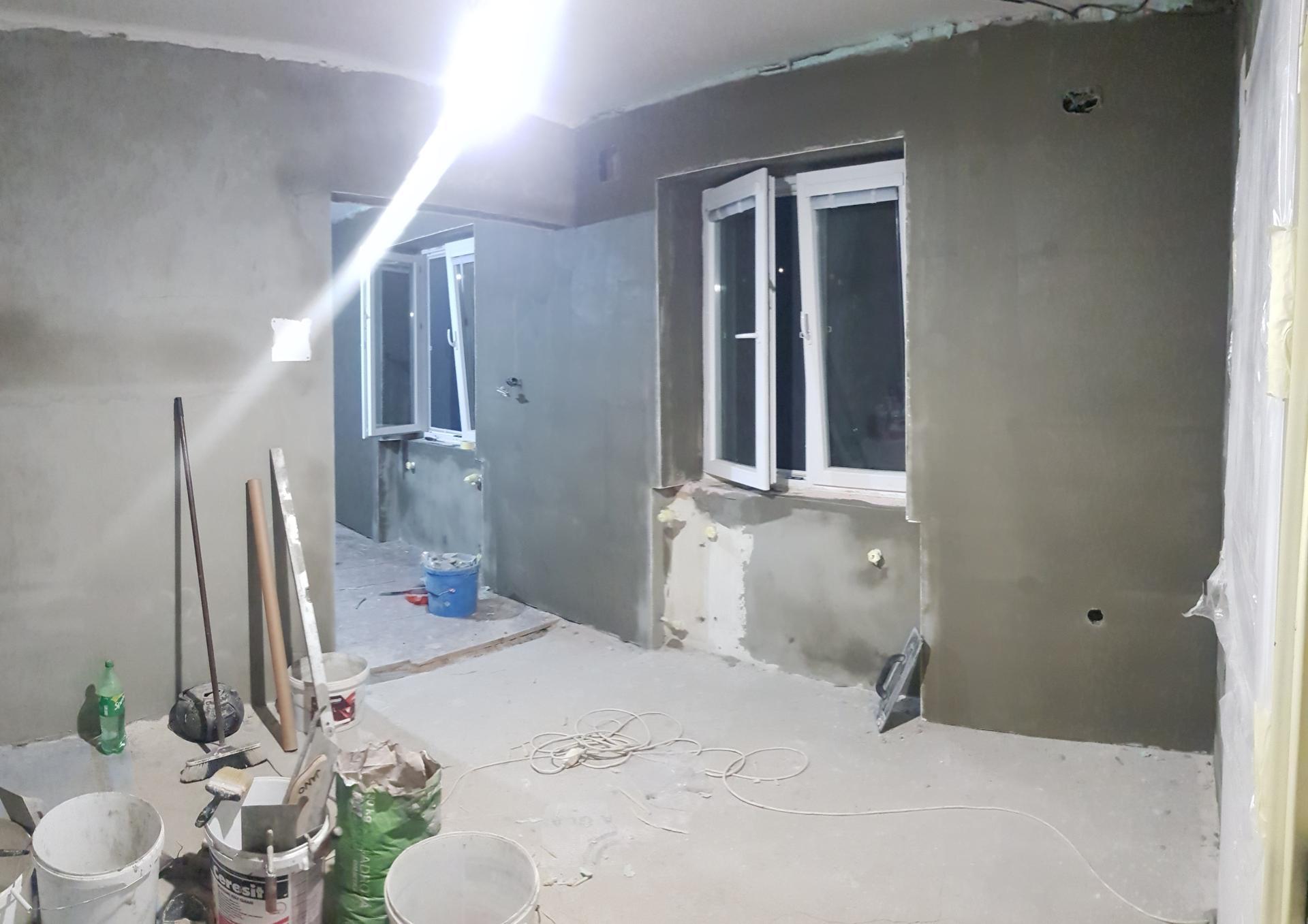 Naša rekonštrukcia - ... natiahnuté lepidlo aj okolo okien