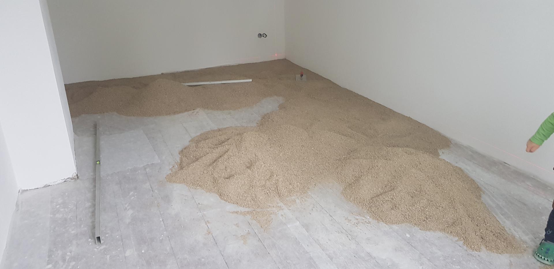 Naša rekonštrukcia - ... pôvodná podlaha bola strašne krivá, robilo to v miestnosti rozdiely aj 4cm, takže na vyrovnanie sme sa rozhodli pre drvenú štiepku cemwood 1000
