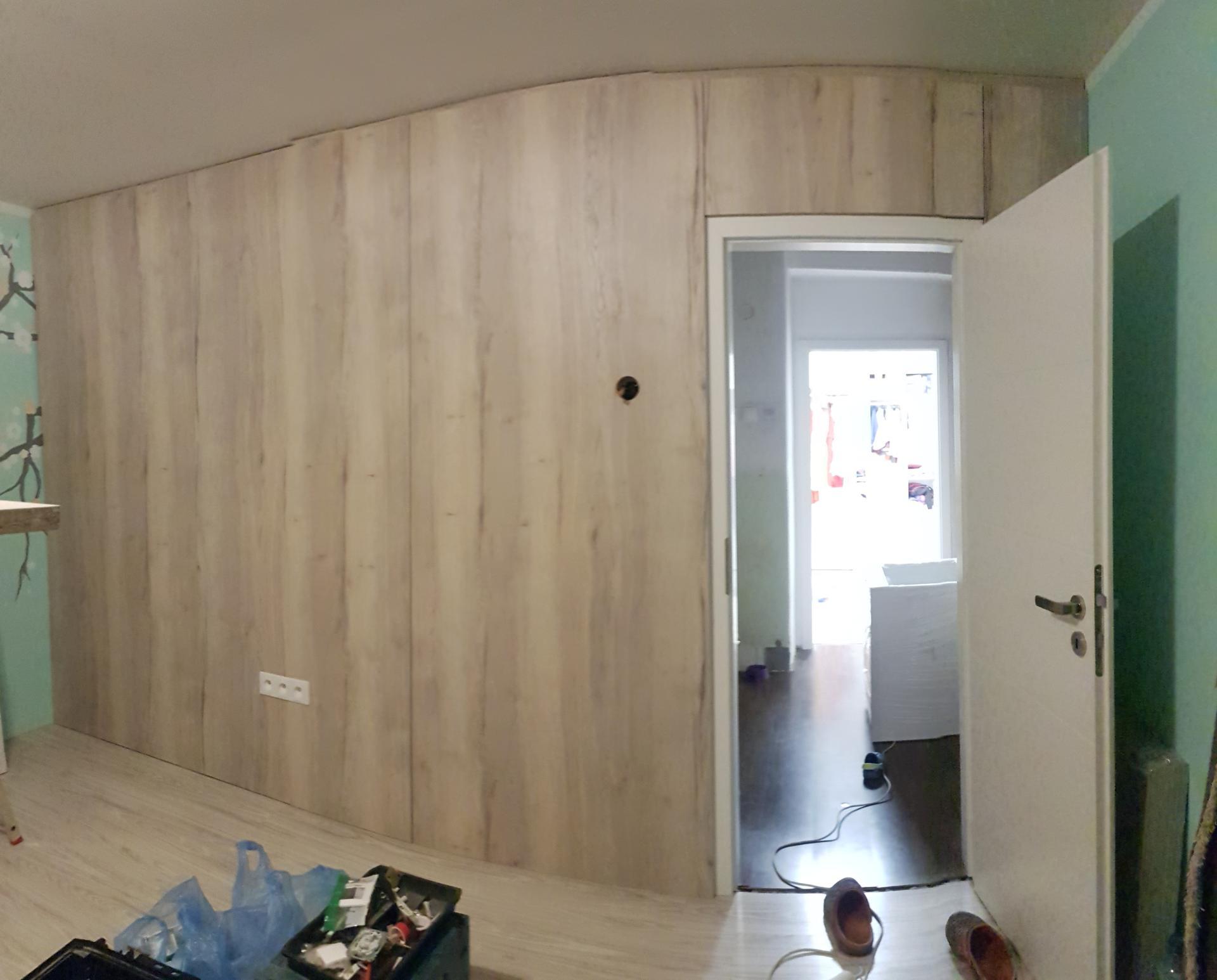 Naša rekonštrukcia - obklad steny na strane manželovho pracovného stola