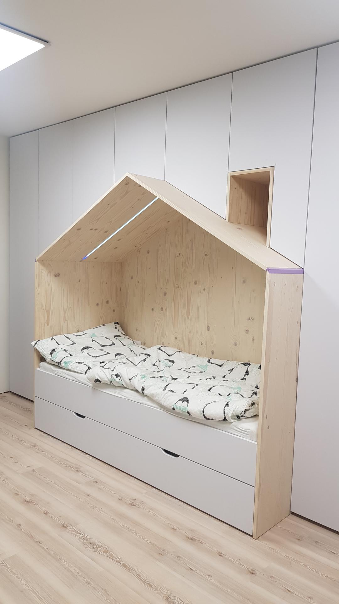 Naša rekonštrukcia - stena s posteľou je na komplet