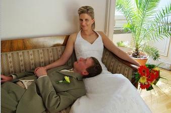gauč v obřadní síni