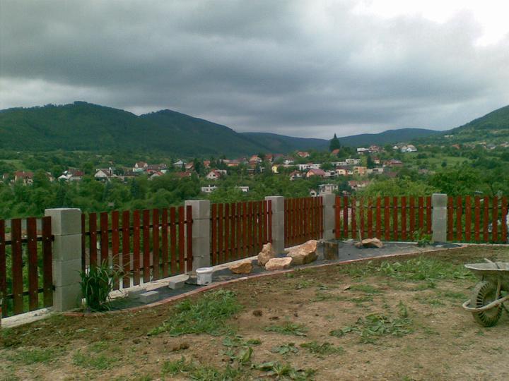 Exterier - plot je dokonceny a zacina sa zahradkarit (o: