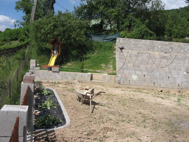 Exterier - 6.6.2010 zahradkarcenie pokracuje, ale kto to vsetko zrovna...