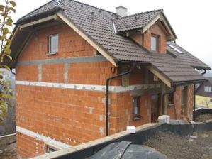 dom od cesty z druhej strany