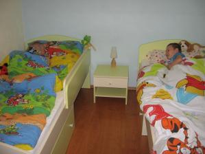 A uz su aj dve postele. Na detsku spalen akurat. Este nieco na stenu a hotovo na par rokov.