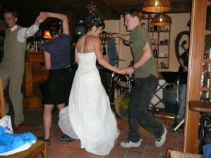 nevěsta s bráchou Honzou...už se nám to kapku rozjíždí :o)