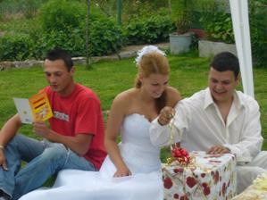 nad dárky :) svědek jak velí tradice čte přáníčka - a že jich bylo :)