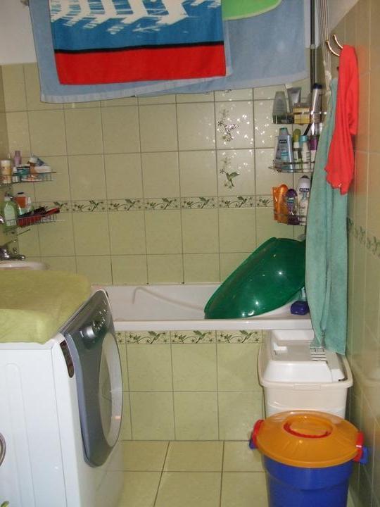 Takto ešte bývame kým bude domček :D - kúpeľňa