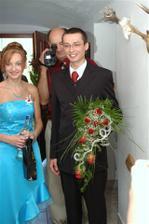 ženich se sestrou (svědkyní) přichází pro nevěstu