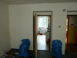 dveře z obýváku do kuchyně a na chodbu