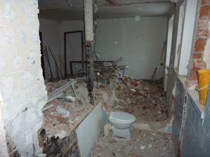 zbouraná příčka mezi kuchyní a koupelnami
