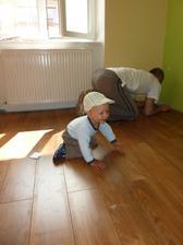poslední prkýnko plovoucí podlahy v obýváku - Šimůnek tátovi pomáhá...