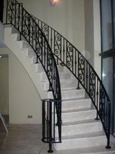 krásne schody a takého by som chcela aby boli v pravom aj v ľavom a na poschodí by sa spojili :)