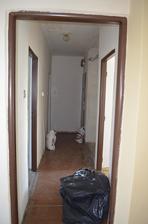 pohlad z obyvacky na chodbu ,,,,,,vlavo dvere do kuchyne a v pravo do spalne...zadne dvere v pravo vchodove a opriti nim miny chodba do wc a kupelky