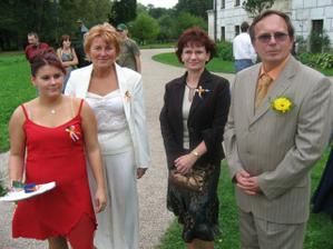 zleva má krásná družička,naše společná maminka,její švagrová a můj tatínek