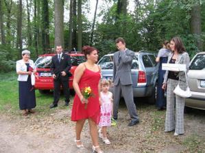 v červených šatečkách má krásná sestřička a družička s další krásnou družičkou - dceruškou mé kamarádky