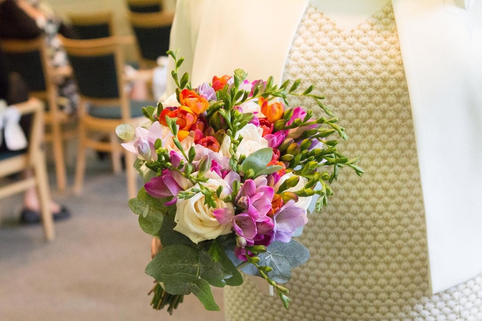 Gabriela Turanská - aranžmány - frézie,ruže a eukalyptus