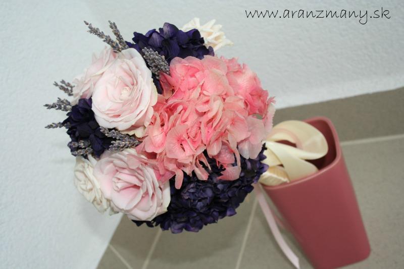 Gabriela Turanská - aranžmány - stabilizovane hortenzie vo svadobnej kytici, ktora spojila aj zive ruze a susenu levandulu