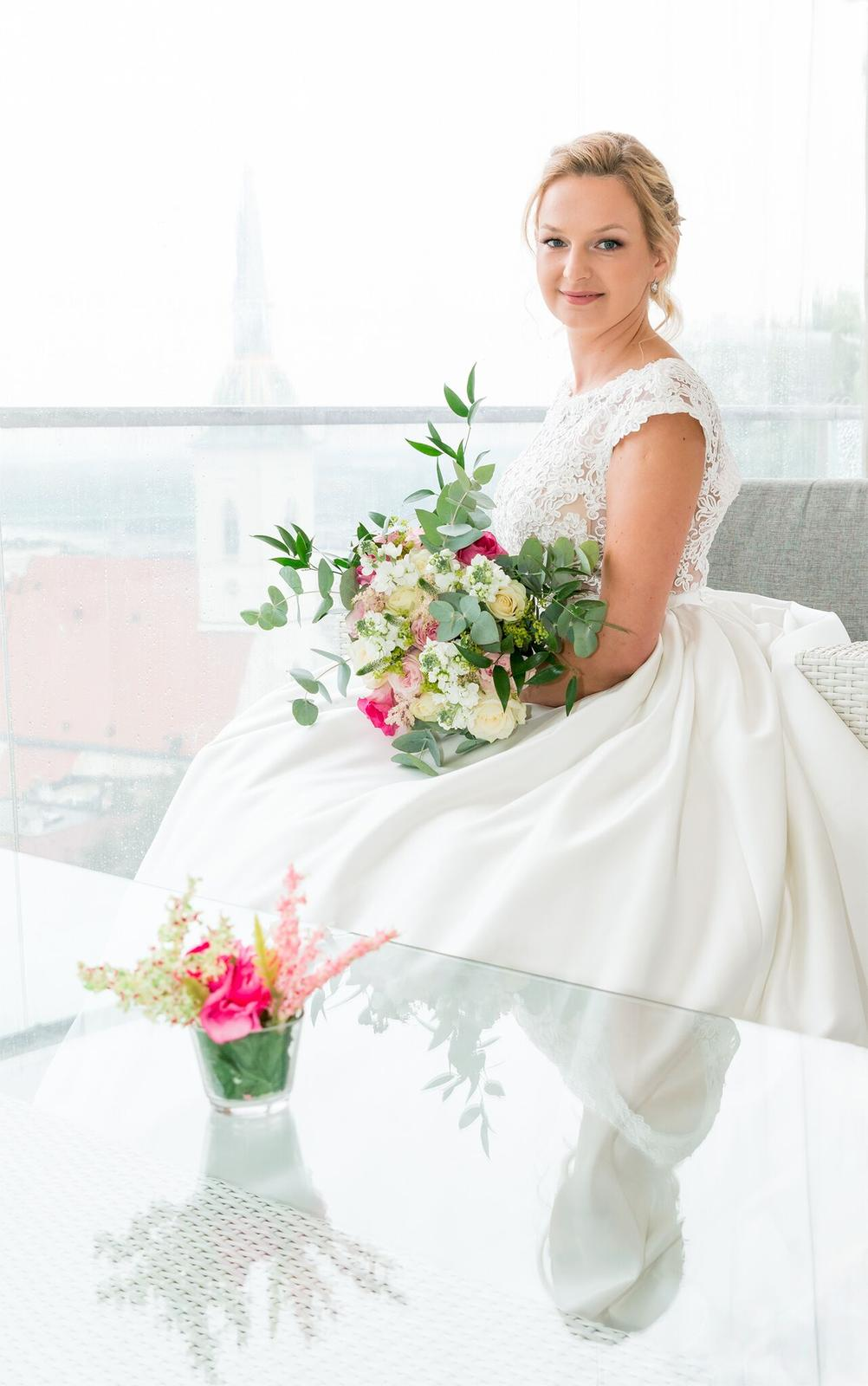 Septembrová svadba - pestrá kytička s klasickými ružami, ružami David Austin, veronicou, astilbe, matthiolou, alchemilkou a voňavým eukalyptom.....Reštaurácia Hrad