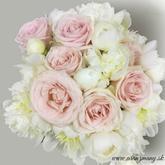 svadobna kytica pudrove ruze a biele pivonie