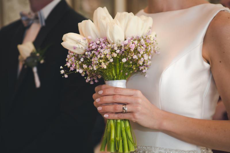 Gabriela Turanská - aranžmány - Svadobna kytica biele tulipany a ruzova gypsomilka