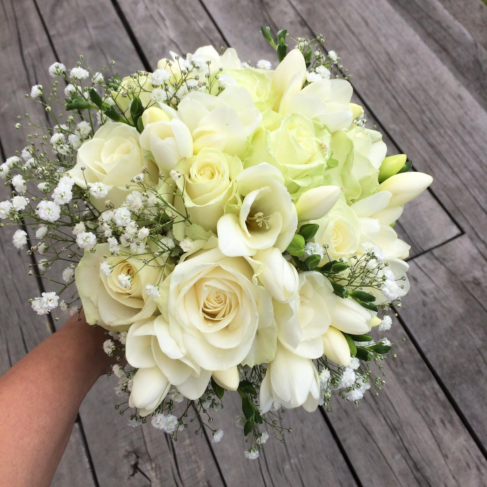 Gabriela Turanská - aranžmány - Svadobná kytica frézie a ruže