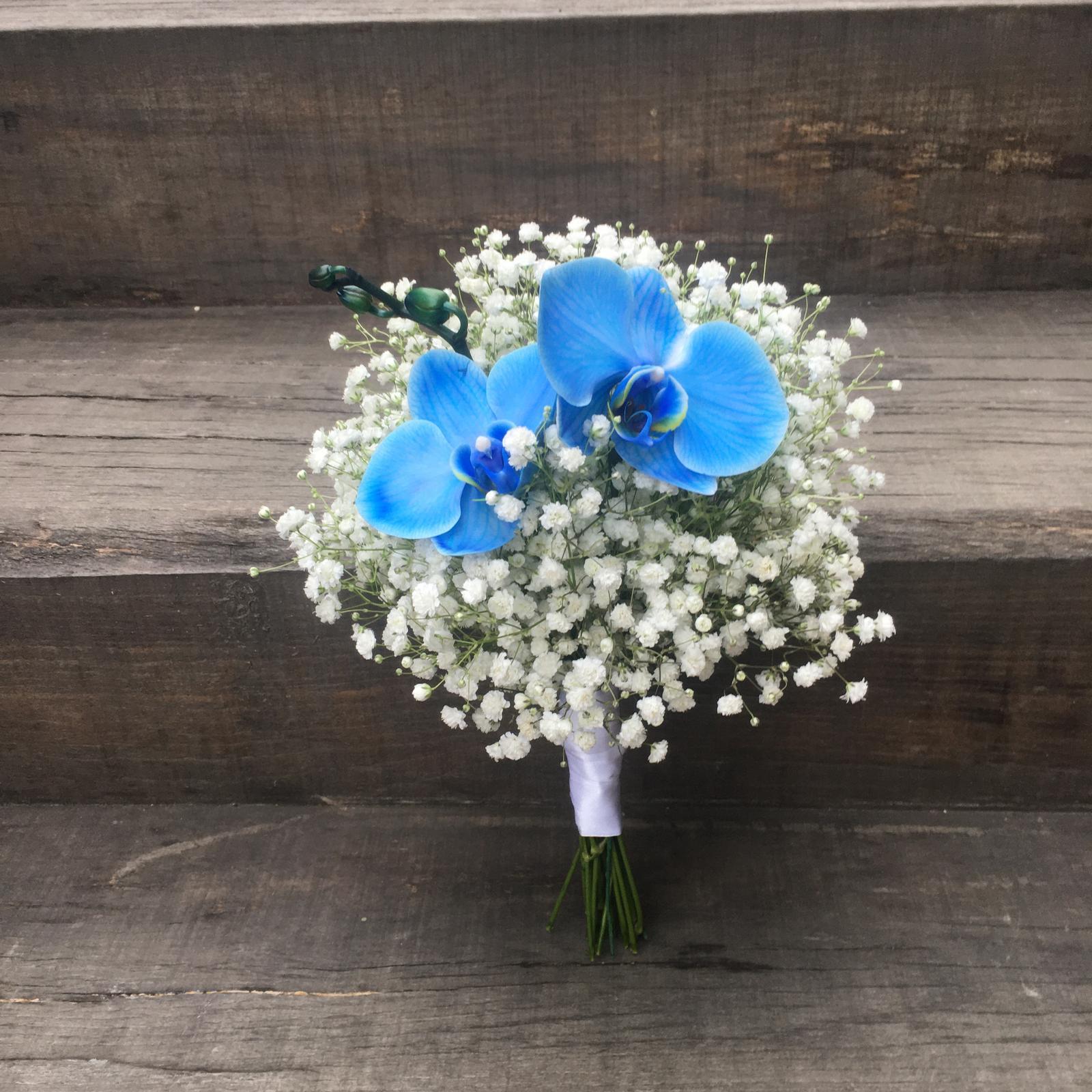 Gabriela Turanská - aranžmány - Svadba na lodi a svadobná kytica gypsomilka a modrá orchidea
