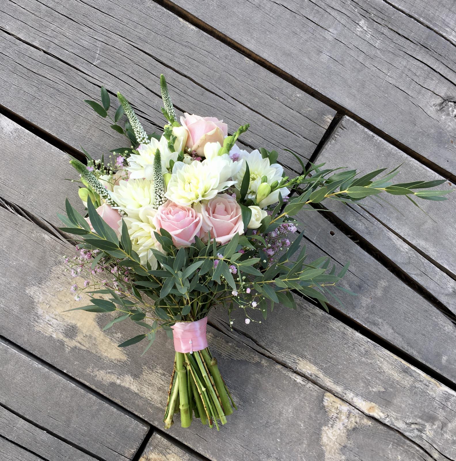Gabriela Turanská - aranžmány - Boho svadobná kytica dahlia