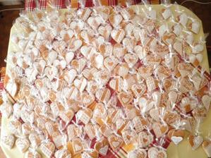 presne 150 medovníkových srdiečok pre hostí vlastnej výroby :)