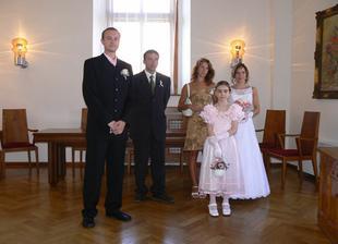 Foto se svědky a družičkou