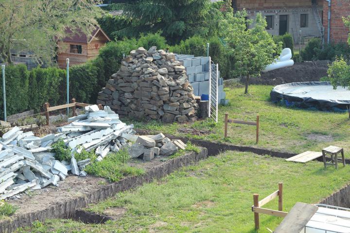 Tak jde čas aneb jak si stavíme sen :-) - Nachystané kameny a betony do základů