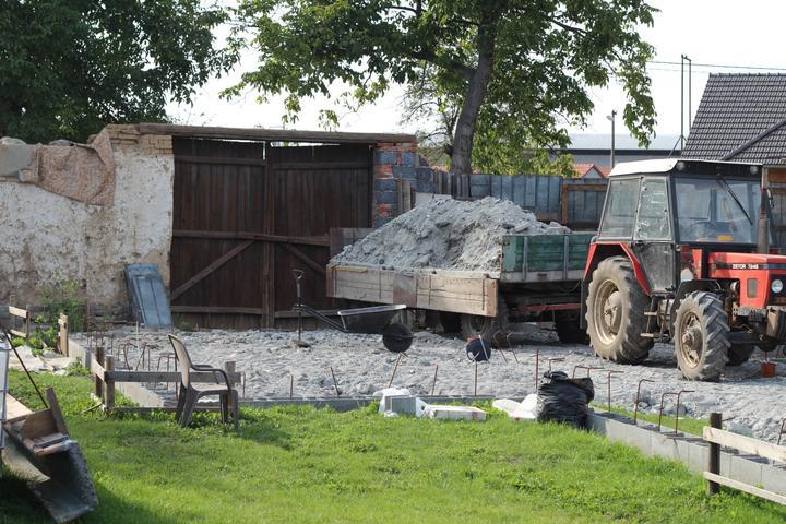 Tak jde čas aneb jak si stavíme sen :-) - Zavážíme betonovou drtí