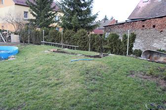 Začínáme dělat holčičkám zahradní domeček se skluzavkou