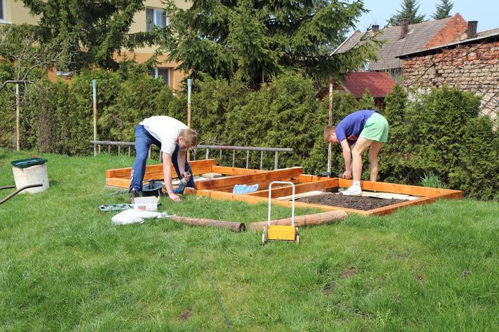Tak jde čas aneb jak si stavíme sen :-) - Rýsuje se pískoviště a základna na domeček