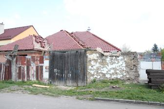 Plán na velikonoční prázdniny: zbořit zbytky staré stodoly