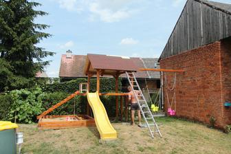 Když je hotová střecha na velkém, musí se udělat i na malém domečku :-)