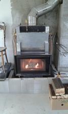 Akulumační nádrž i tepelné čerpadlo nainstalovány, takže můžeme začít topit v krbu :-D