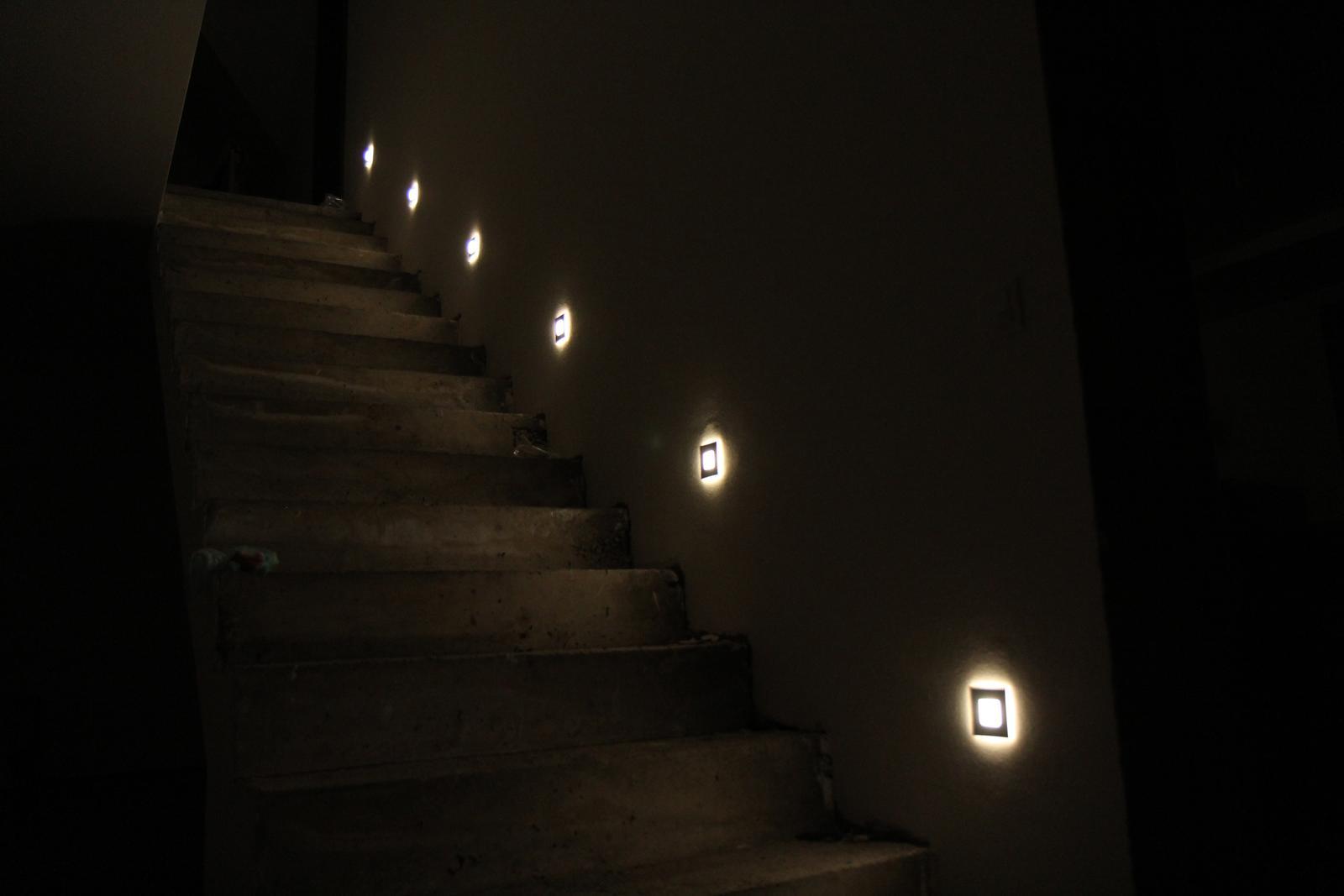 Tak jde čas aneb jak si stavíme sen :-) - Světla hotové, za 4 dny budou schody:-)