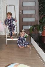 Týden s chřipkou je snad za námi...Dnes holky poprvé vypadaly, že jsou zdravé, tak hned se vrhly s tatínkem do práce - příprava LED pásku do podhledu v obýváku
