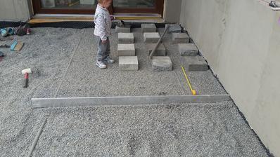 Tatínek zvládá pokračovat na terase....